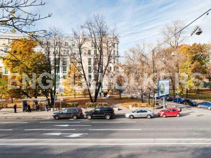 Элитные квартиры в Центральном районе. Санкт-Петербург, Суворовский пр., 33. Вид из окна на Суворовский проспект