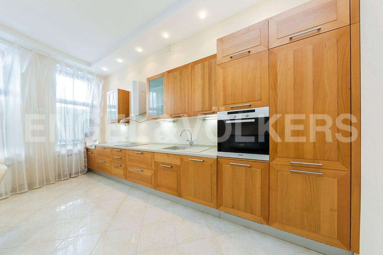 Элитные квартиры в Центральный р-н. Санкт-Петербург, ул. Восстания 8А . Встроенная кухня в столовой
