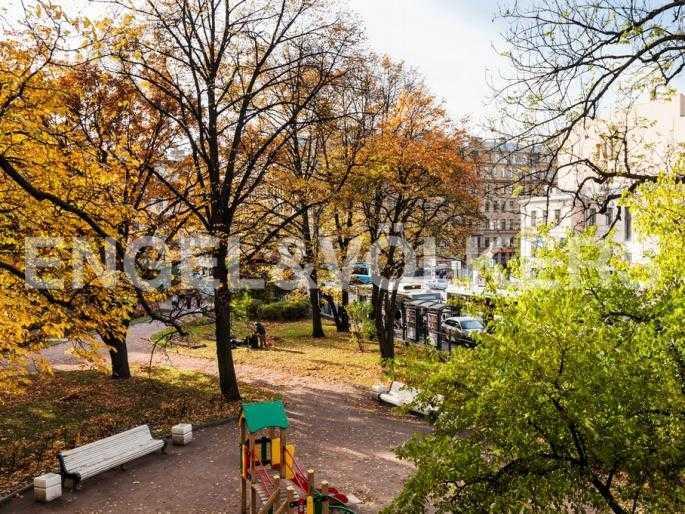 Элитные квартиры в Центральном районе. Санкт-Петербург, Суворовский пр., 33. Вид из окна ванной комнаты на сквер