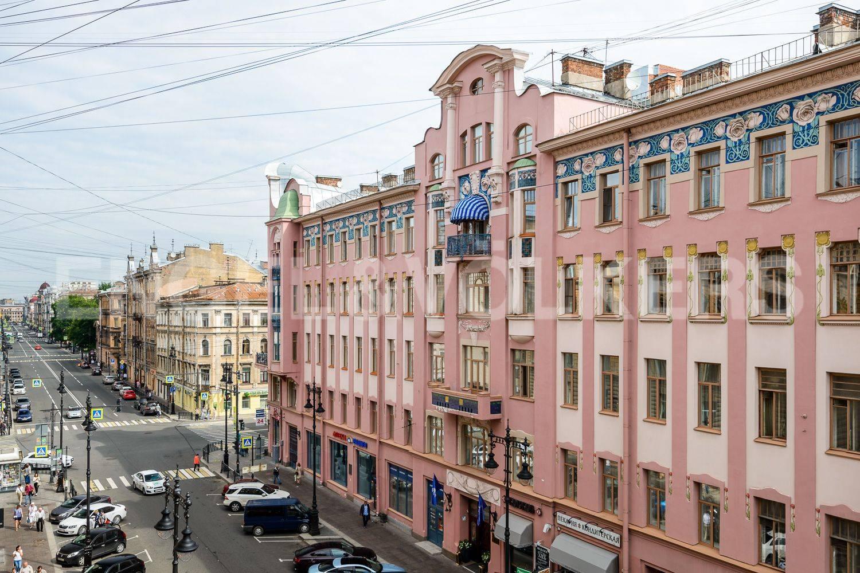 Элитные квартиры в Центральном районе. Санкт-Петербург, ул. Восстания 8А . Вид из спальни на улицу Восстания