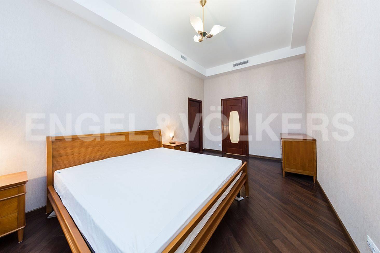 Элитные квартиры в Центральном районе. Санкт-Петербург, ул. Восстания 8А . Спальня с собственной ванной комнатой