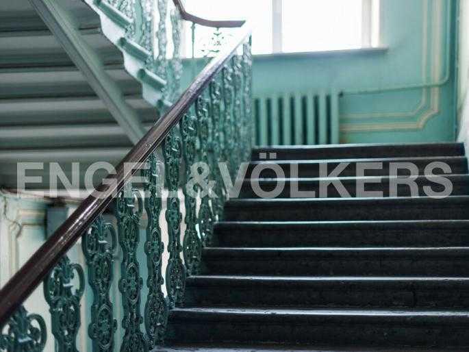 Элитные квартиры в Центральном районе. Санкт-Петербург, Суворовский пр., 33. Лестница в парадной