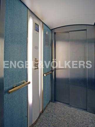 Элитные квартиры на . Санкт-Петербург, 2-я Березовая аллея 15. Бесшумный лифт фирмы OTIS спускающийся в паркинг