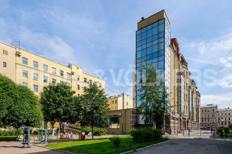 Элитные квартиры в Центральном районе. Санкт-Петербург, ул. Восстания 8А . Детская площадка рядом с домом