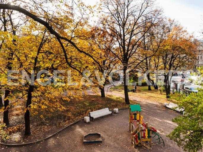 Элитные квартиры в Центральном районе. Санкт-Петербург, Суворовский пр., 33. Вид из окна детской комнаты на сквер