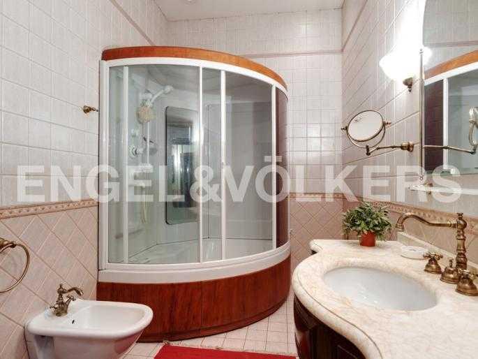 Элитные квартиры в Центральном районе. Санкт-Петербург, Суворовский пр., 33. Ванная комната на втором уровне