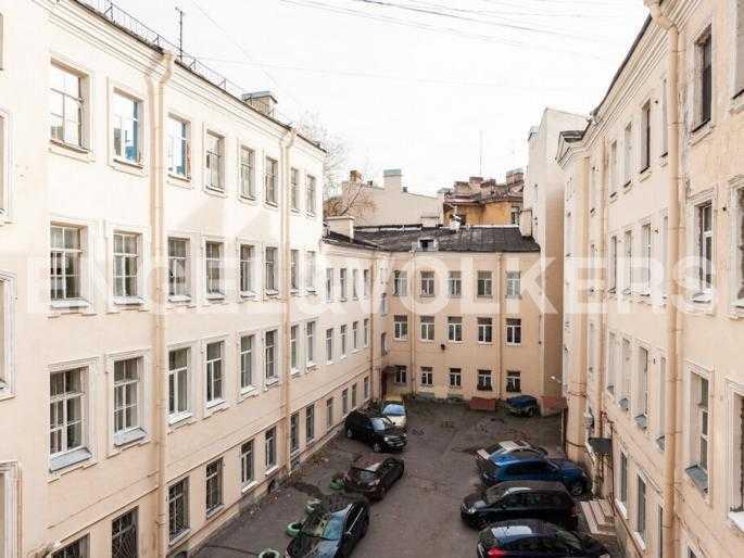 Элитные квартиры в Центральном районе. Санкт-Петербург, Суворовский пр., 33. Вид из окна во внутренний двор