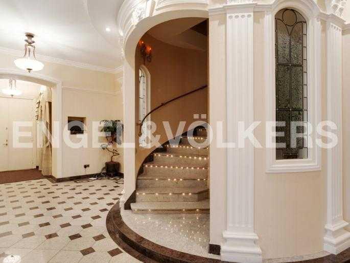 Элитные квартиры в Центральном районе. Санкт-Петербург, Суворовский пр., 33. Винтовая лестница на второй уровень