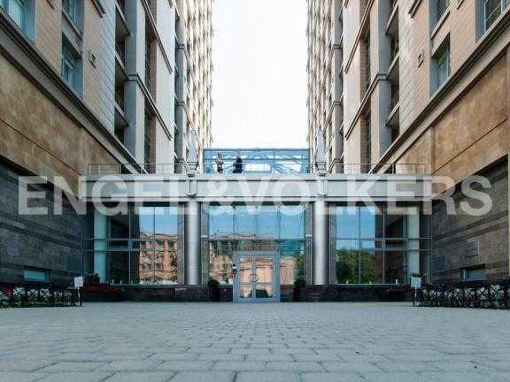 Элитные квартиры в Других районах области. Санкт-Петербург, 27-я линия 16. Парадный вход в комплекс