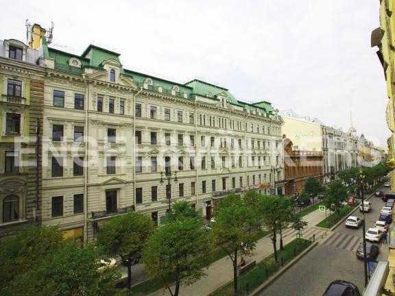 Элитные квартиры в Центральный р-н. Санкт-Петербург, Большая Конюшенная ул. 12. Вид из окон на ул. Большую Конюшенную
