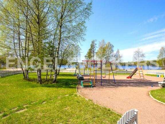 Элитные квартиры в Всеволожском районе. Ленинградская область, п. Медное озеро. Территория поселка (детские площадки)