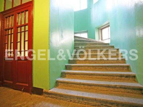 Элитные квартиры в Центральном районе. Санкт-Петербург, Миллионная ул. 24. Парадная лестница-ротонда