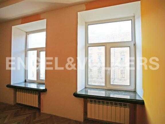 Элитные квартиры в Центральном районе. Санкт-Петербург, Миллионная ул. 24. Окна на сторону Миллионной улицы