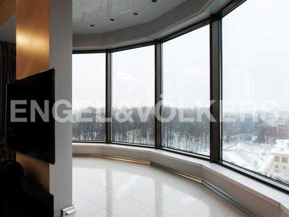 Элитные квартиры в Центральном районе. Санкт-Петербург, Большой Сампсониевский пр. 4-6. Панорамное остекление в гостиной