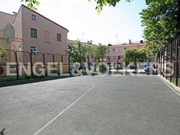 Элитные квартиры в Центральном районе. Санкт-Петербург, Наб. реки Фонтанки 126. Баскетбольная площадка во дворе