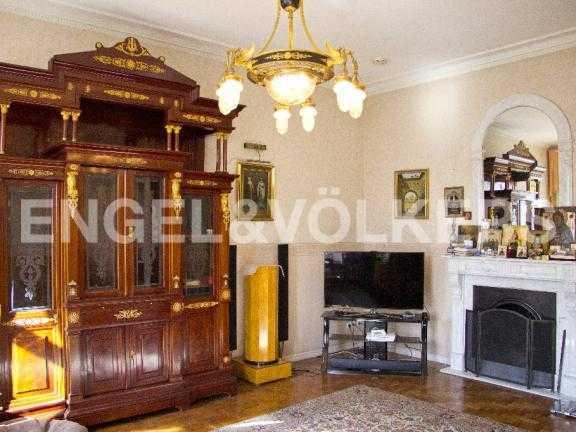 Элитные квартиры в Других районах области. Санкт-Петербург, В.О. Большой пр. 63. Гостиная комната с действующим камином
