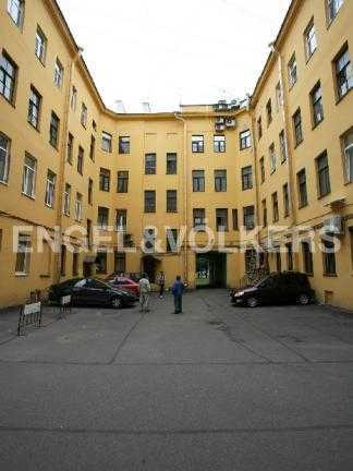 Элитные квартиры в Других районах области. Санкт-Петербург, В.О. Большой пр. 63. Внутренняя территория с парковкой