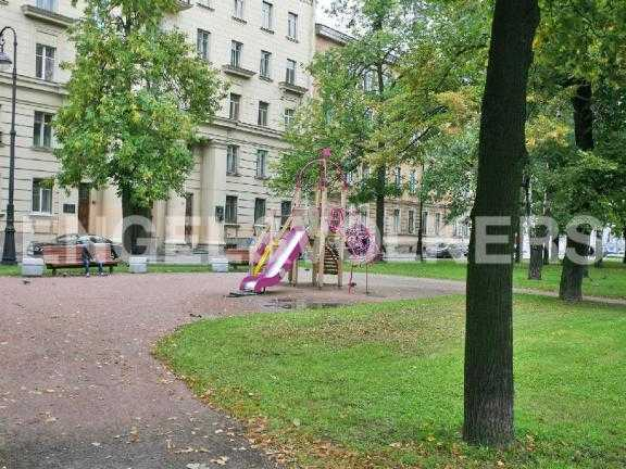 Элитные квартиры в Других районах области. Санкт-Петербург, В.О. Большой пр. 63. Сквер возле дома с детской площадкой
