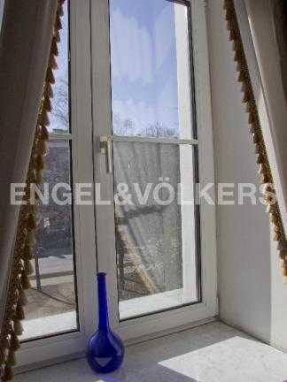Элитные квартиры в Других районах области. Санкт-Петербург, В.О. Большой пр. 63. Окно в спальне