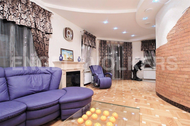 Элитные квартиры на . Санкт-Петербург, Рюхина ул. 12. Просторная гостиная