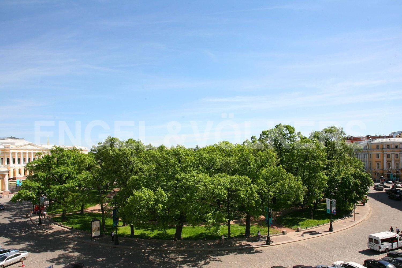 Вид с террасы на панораму площади Искусств