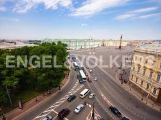 Невский, 3 — терраса с видом на Эрмитаж