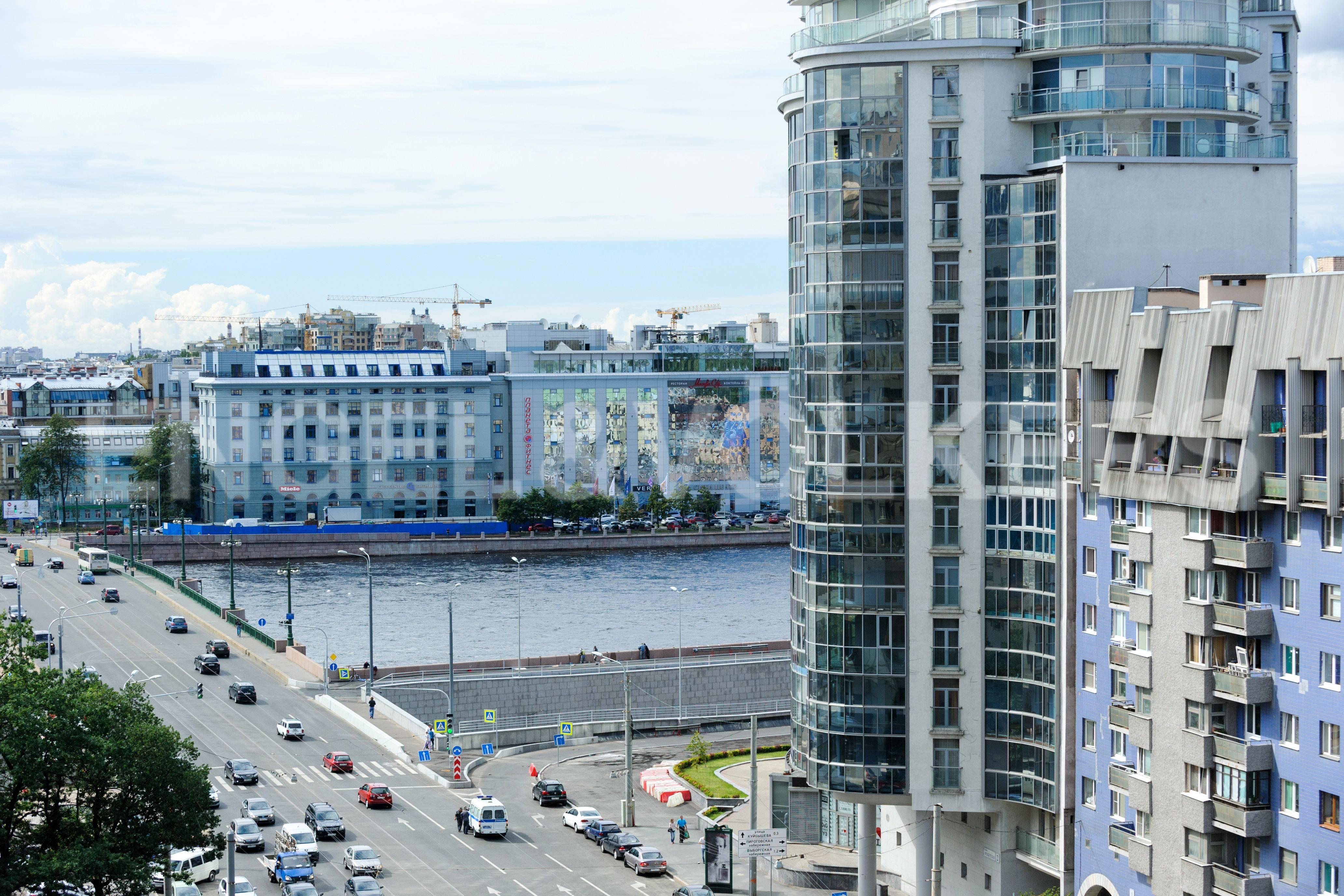Элитные квартиры в Центральном районе. Санкт-Петербург, Большой Сампсониевский пр. 4-6. Вид из окон столовой на Неву