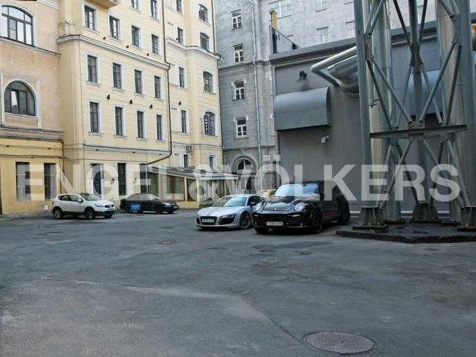 Элитные квартиры в Центральном районе. Санкт-Петербург, Наб. реки Мойки 5. Парковка в закрытом дворе