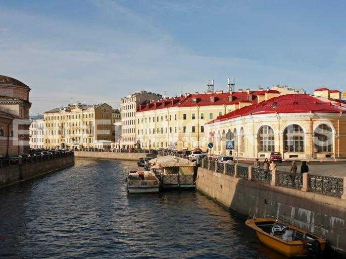Элитные квартиры в Центральном районе. Санкт-Петербург, Наб. реки Мойки 5. Вид с Театрального моста