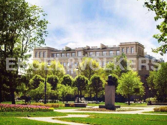 Элитные квартиры в Центральном районе. Санкт-Петербург, Смольный пр., 6. Фасад дома со стороны парка Смольного института