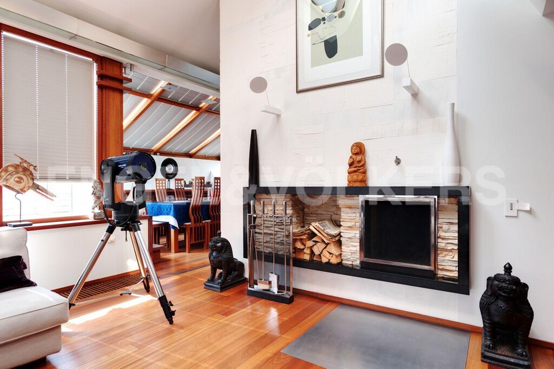 Действующий дровяной камин в гостиной