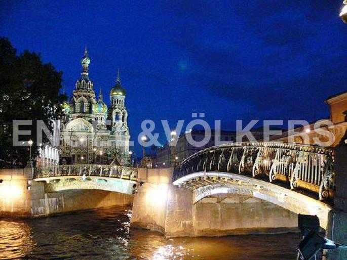 Элитные квартиры в Центральный р-н. Санкт-Петербург, Наб. реки Мойки 5. Театральный мост на пересечении реки Мойки и канала Грибоедова