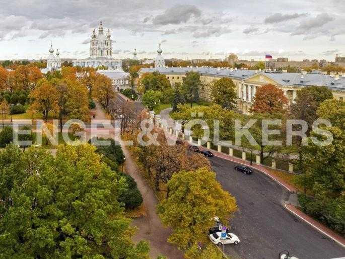 Панорамный вид из окон на ансамбль Смольного собора