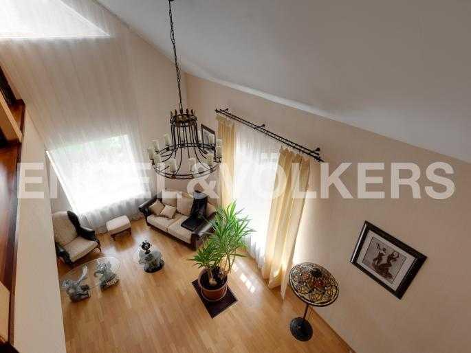 Элитные квартиры в Всеволожском районе. Ленинградская область, п. Юкки. Вид на гостинную со второго этажа
