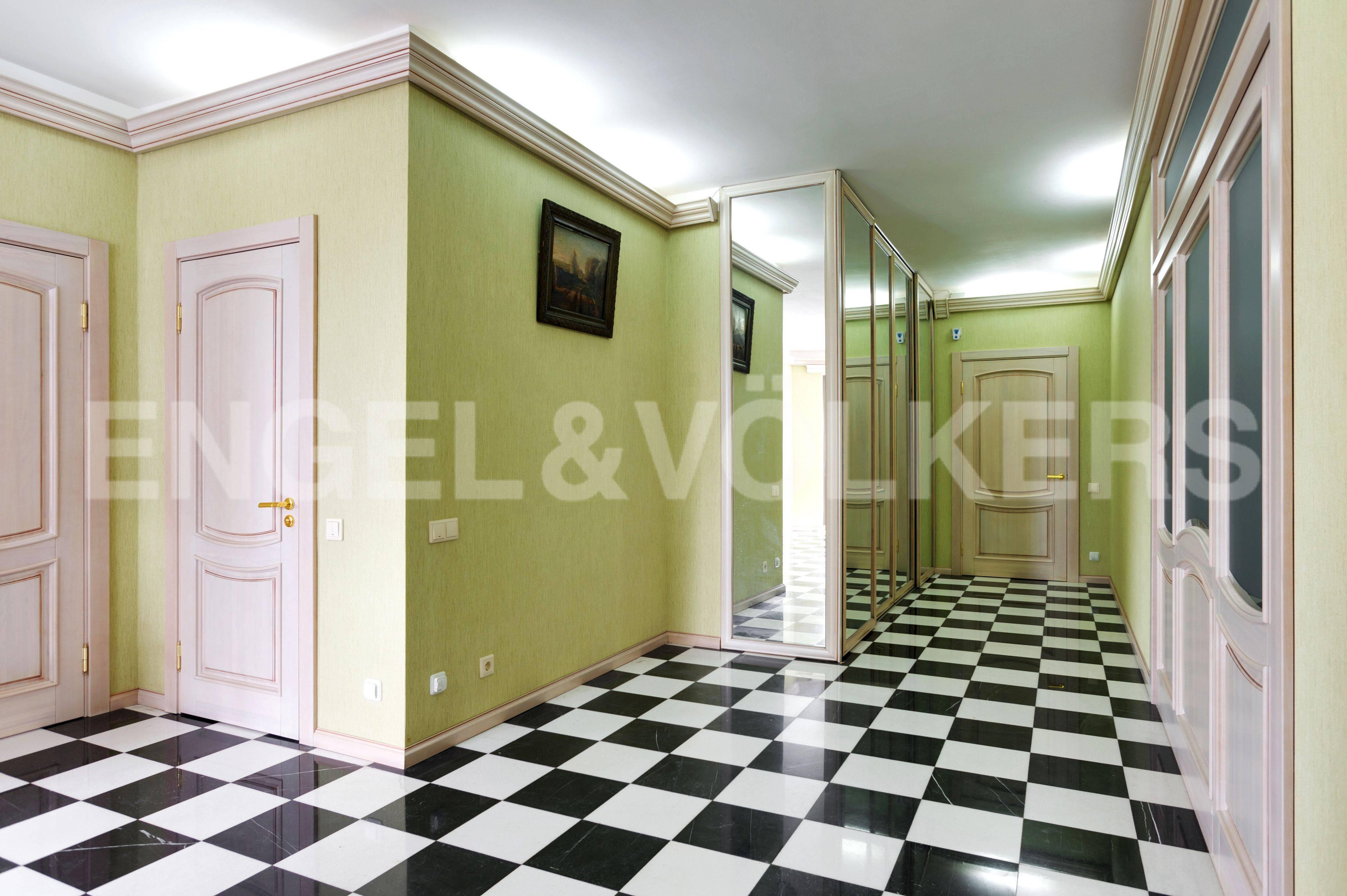 Элитные квартиры в Центральном районе. Санкт-Петербург, Большой Сампсониевский пр. 4-6. Холл прихожая со встроенными шкафами