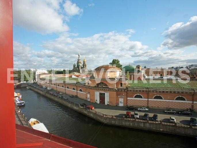 Элитные квартиры в Центральном районе. Санкт-Петербург, Наб. реки Мойки 5. Вид из окон на перспективу набережной