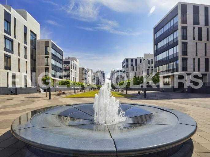 Элитные квартиры на . Санкт-Петербург, Мартынова, 74. Фонтан на территории комплекса
