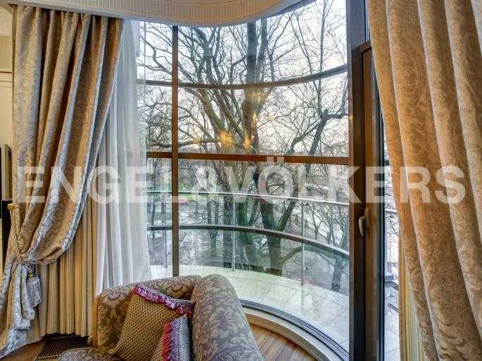 Элитные квартиры в Центральном районе. Санкт-Петербург, Наб. реки Фонтанки, 1. Выход на угловой балкон