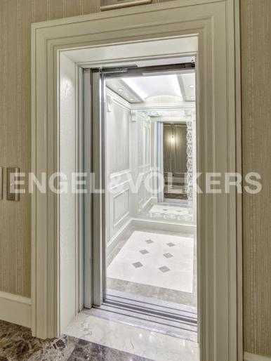 Лифт в холле комплекса