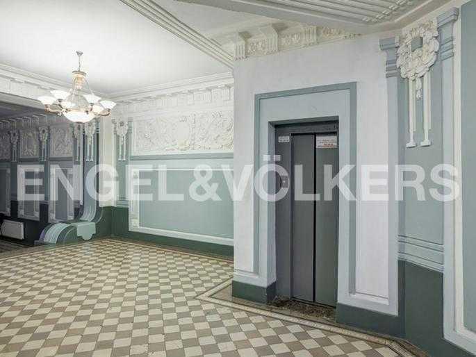 Элитные квартиры в Центральный р-н. Санкт-Петербург, Захарьевская ул., 16. Лифт в парадной