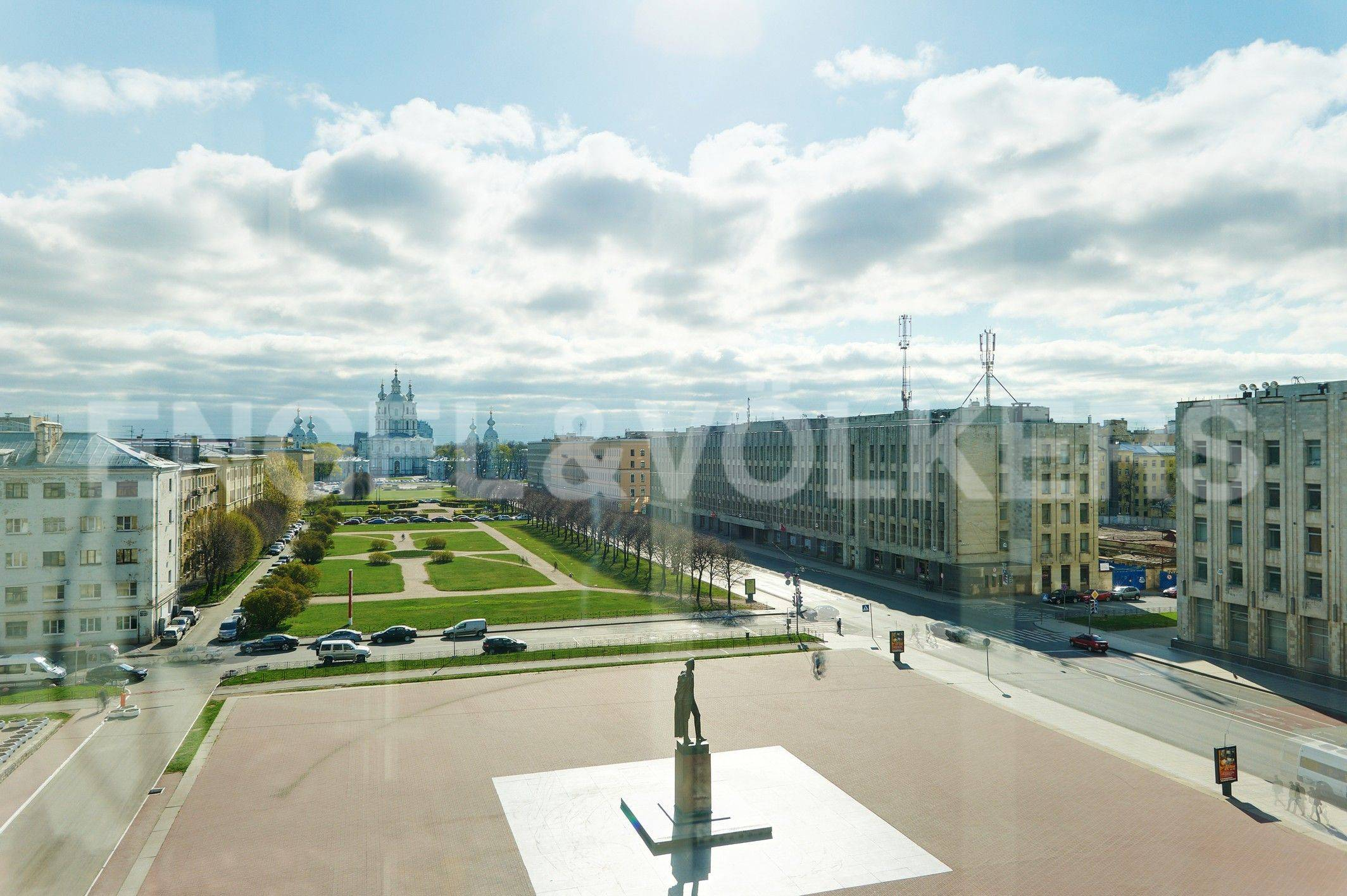 Вид на площадь и Смольный собор