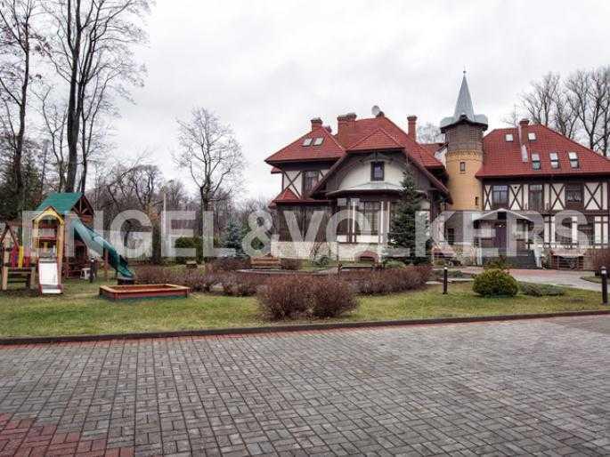 Территория резиденции и детская площадка