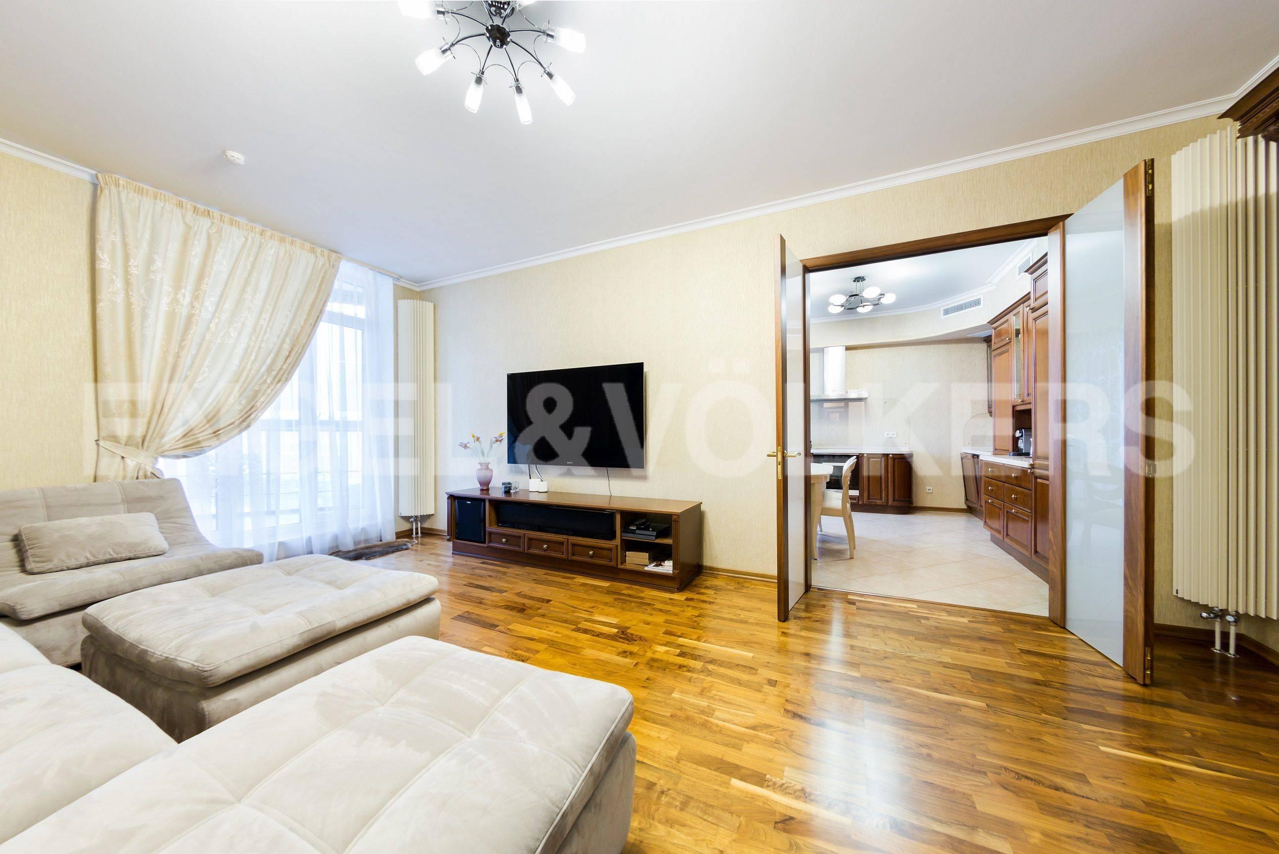 Элитные квартиры в Центральном районе. Санкт-Петербург, Шпалерная ул. 60. Выход из гостиной к столовой зоне