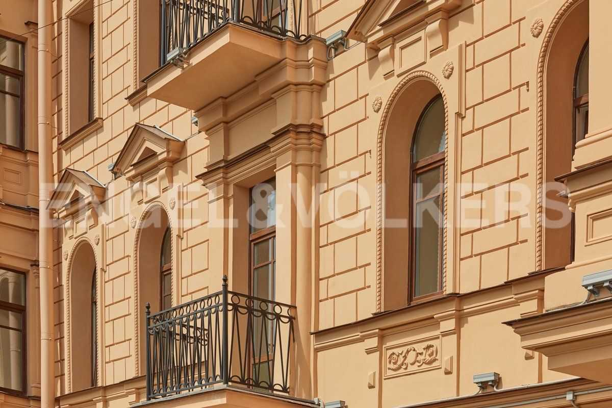 Элитные квартиры в Центральном районе. Санкт-Петербург, наб. Адмиралтейского канала, 15. Фрагмент исторического фасада здания