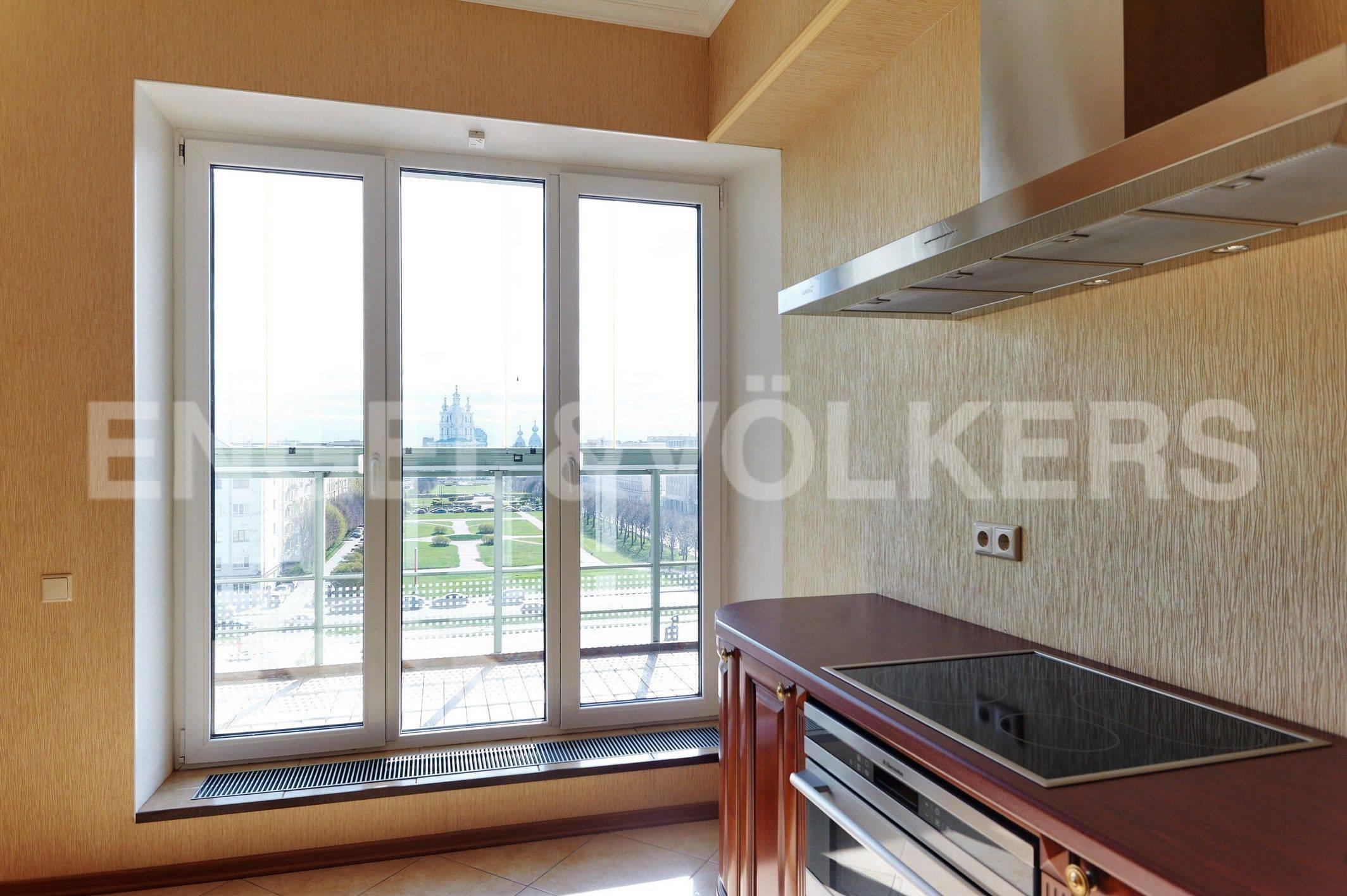 Элитные квартиры в Центральном районе. Санкт-Петербург, Шпалерная ул. 60. Панорамное окно в кухне-столовой