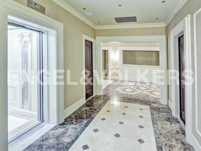 Элитные квартиры в Центральном районе. Санкт-Петербург, Конногвардейский б-р, 5. Лифтовая группа в холле комплекса