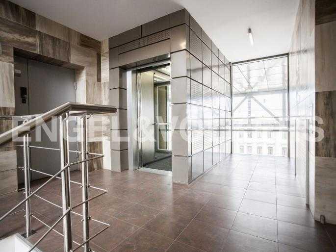 Элитные квартиры в Центральном районе. Санкт-Петербург, Невский пр., 137. Современный лифт с остеклением
