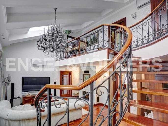 Элитные квартиры в Центральном районе. Санкт-Петербург, пл. Искусств 5. Лестница на второй уровень