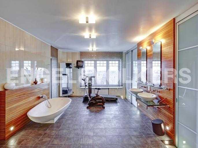 Элитные квартиры в Петроградском районе. Санкт-Петербург, Ораниенбаумская, 21. Ванная комната с окном