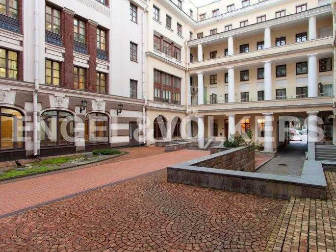 Элитные квартиры в Центральном районе. Санкт-Петербург, пл. Искусств 5. Благоустроенный внутренний двор